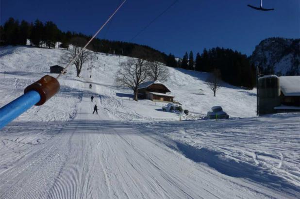 Día soleado de esquí en Faltschen