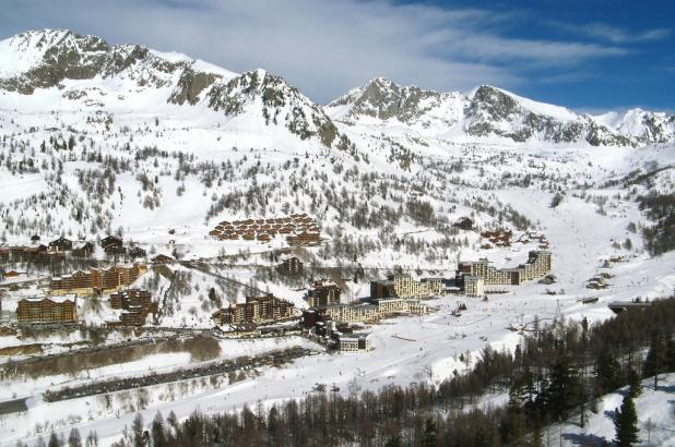Panorama de la soleada estación de esquí de Isola 2000