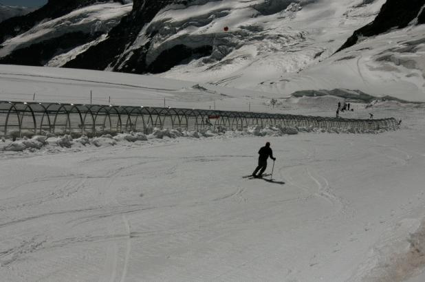 Imagen de un esquiador bajando por la pista de la Jungfrau, foto tomada el 22 de agosto de 2013 por Lugares de Nieve