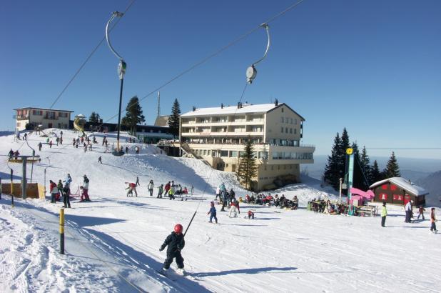 Día soleado de esquí en Klewenalp-Stockhütte