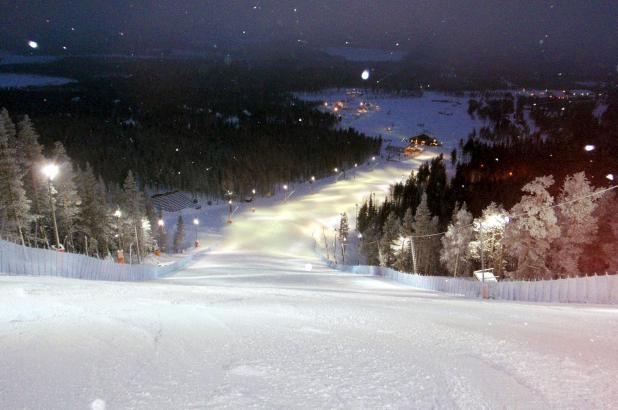 Imagen nocturnaa pistas en Levi, Laponia
