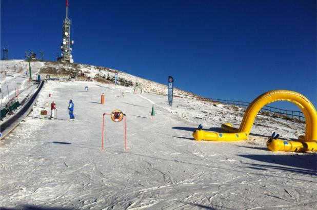 Día soleado de esquí en Mottarone