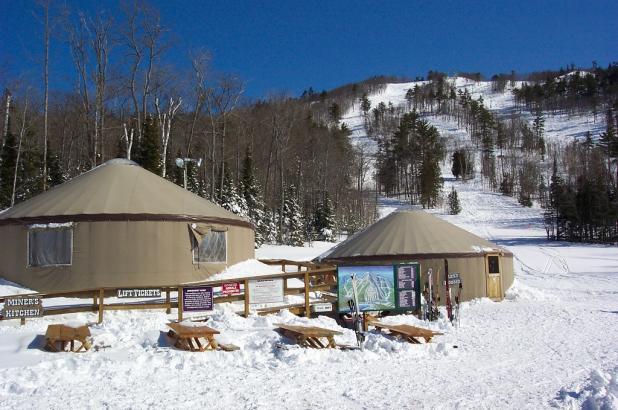 Día soleado de esquí en Mt. Bohemia