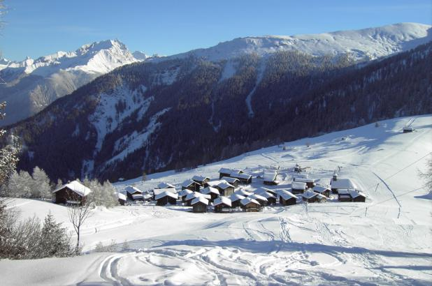 Bonito paisaje nevado en Mutten