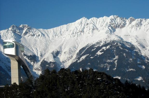 Tranpolin de saltos en Innsbruck y vista de las montañas de Patscherkofel al fondo