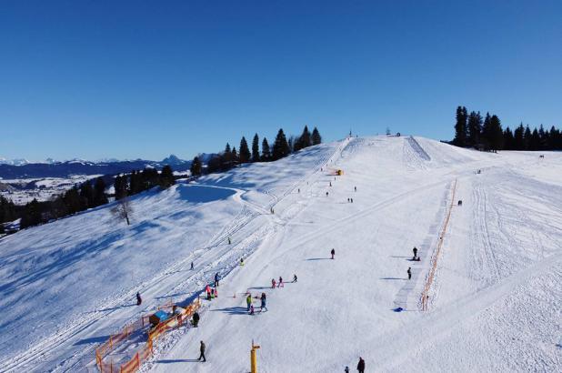 Día soleado de esquí en Raten