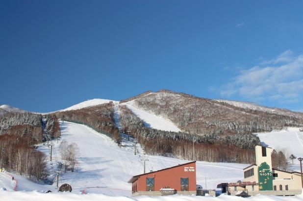 Día soleado de esquí en Sahoro