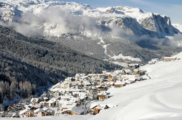 fotografía del pueblo de San Cassiano en invierno, en la Alta Badia