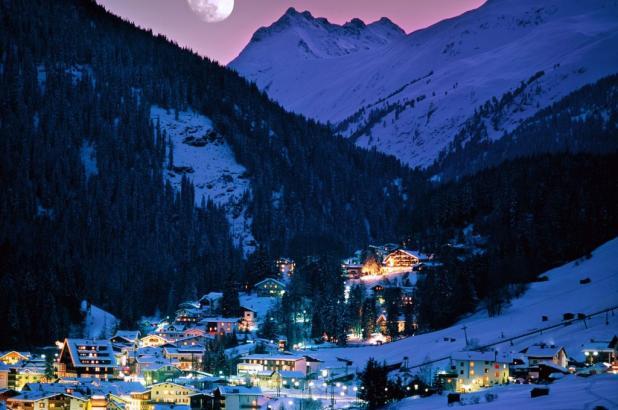 Imagen nocturna de St. Anton am Arlberg