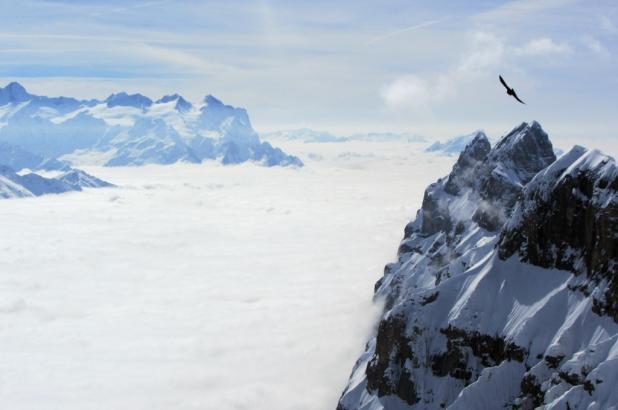 Vista sobre sustenpass cubiertos de nubes