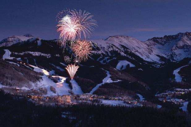 Vista nocturna de la población de Telluride en Colorado