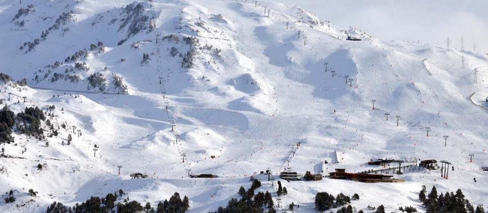 Las estaciones pierden un millón de esquiadores en una temporada difícil en la Península