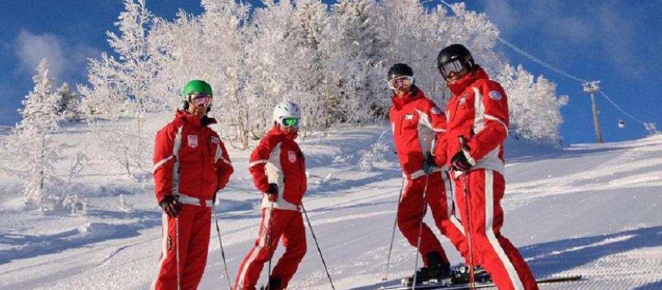 """¿Cuánto cobran los """"profes"""" de esquí y snowboard? De los 54 hasta los 9 euros la hora, Más info"""