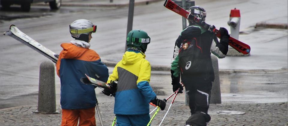 El casco de esquí solo es obligatorio en dos países y hasta los 15 años