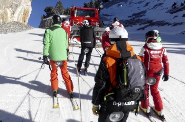 Una pisanieves remolca a los esquiadores de la Pierre Saint Martin en lugar del telesilla quemado