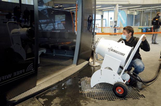Adaptan un cañón de nieve artificial para que rocíe  desinfectante en los telecabinas de las estaciones de esquí