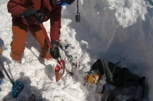 Agónico rescate grabado en GoPro de dos esquiadores suizos en una avalancha
