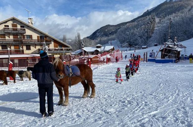 Una estación de esquí de los Hautes-Alpes sustituye los remontes cerrados por caballos