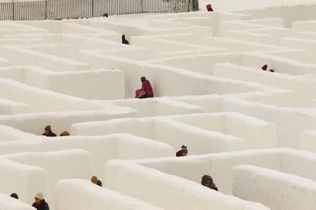 Dos granjeros construyen el laberinto de nieve más grande del mundo en Canadá