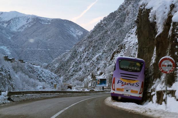Un autocar frena embistiendo contra la montaña para evitar un barranco