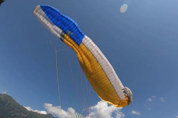 "Graba en vídeo su espectacular accidente en parapente, del que sale vivo de ""milagro"""