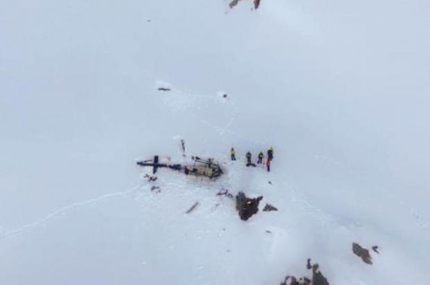 Dos vídeos grabaron como ocurrió el accidente entre una avioneta y un helicóptero en los Alpes