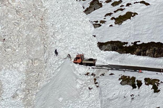 Un alud de considerables dimensiones corta la carretera de acceso a Tresviso (Cantabria)