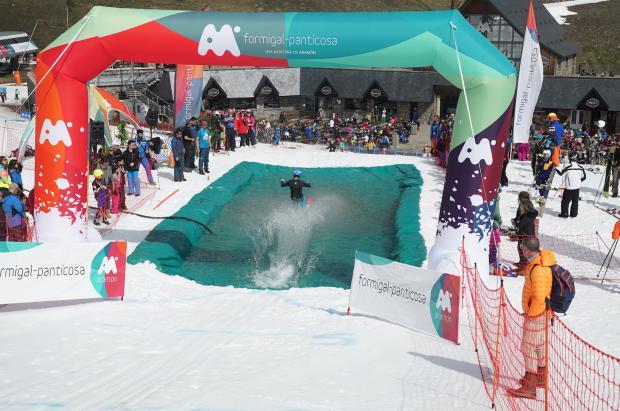 """Una piscina gigante para esquiar y una bajada """"tropical"""" despiden la temporada de Aramón"""