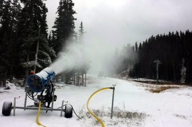 Loveland y Arapahoe Basin están fabricando nieve frenéticamente para abrir la próxima semana