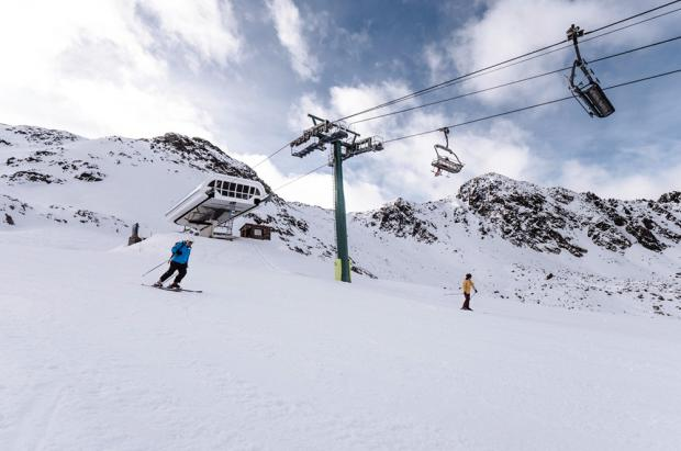Joven esquiadora evacuada en helicóptero tras caer de un telesilla en Arcalís