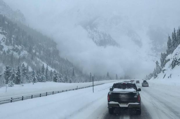 """Una avalancha """"sorprende"""" a los conductores que circulaban por una carretera de Colorado"""