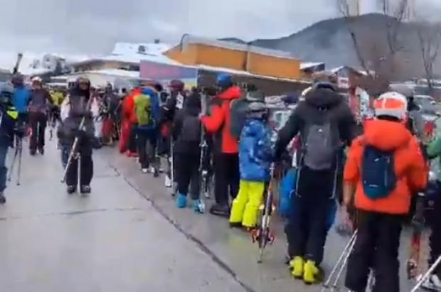 Esquiadores rumanos invaden las pistas de Bansko antes que Bulgaria obligue a hacer PCR