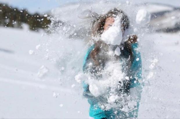 Un conductor dispara contra un grupo de niños por arrojar una bola de nieve contra su coche