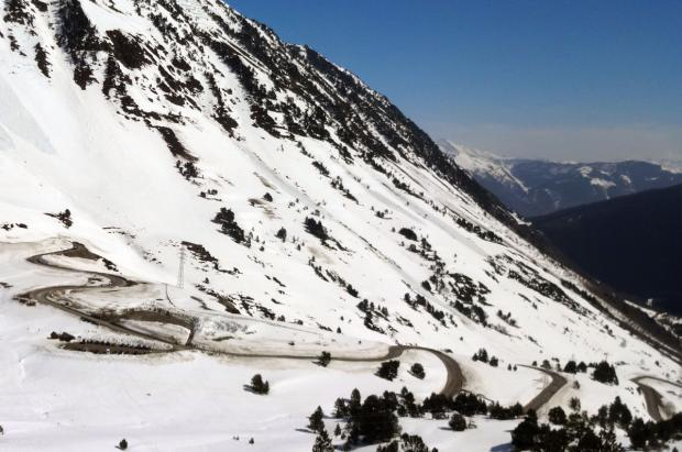 Piedras por el sur, nieve por el norte: amenazas en los accesos por carretera a los valles de Àneu