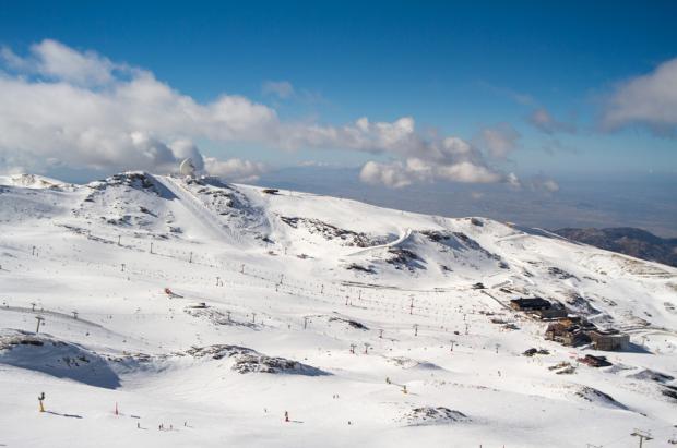 Casi 100 km abiertos, esquí nocturno y Primeras Huellas este fin de semana en Sierra Nevada
