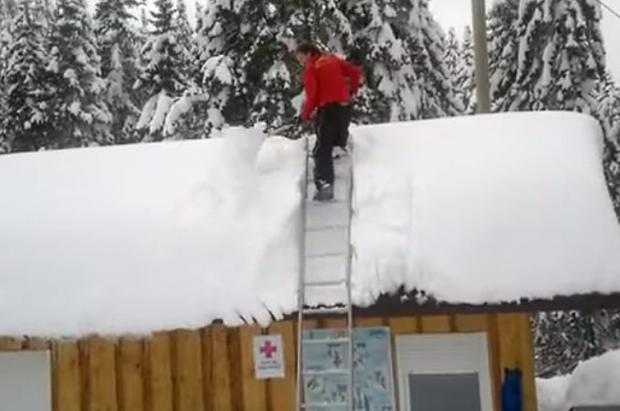 Limpiar un tejado con mucha nieve puede ser un deporte de riesgo...