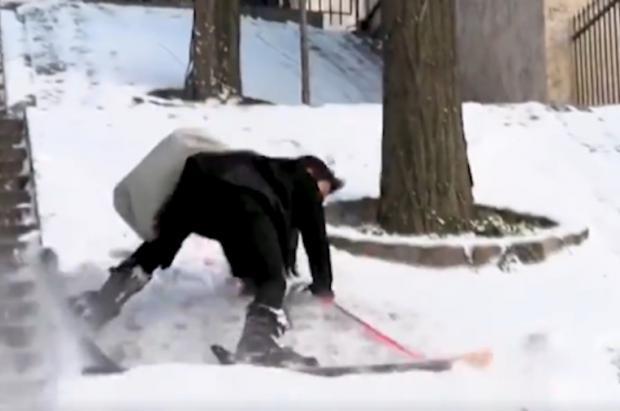 Se viraliza el vídeo de un parisino que, con los remontes cerrados, esquía en Montmartre
