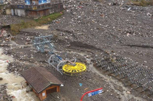Un río de barro y piedras engulle la estación de esquí italiana de Limone Piemonte