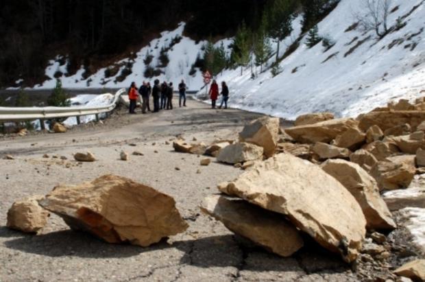 Desprendimientos de tierra y rocas en la carretera de acceso a Portainé