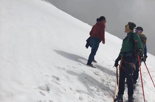 A 4.000 metros con tejanos y zapatillas. Y nos preguntamos cómo no hay más accidentes