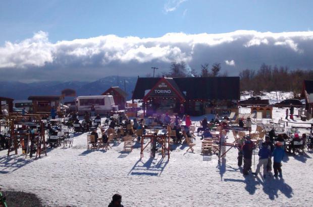 3.000 esquiadores llenan un cerro de Argentina y casi nadie con tapabocas a pesar de la cuarentena
