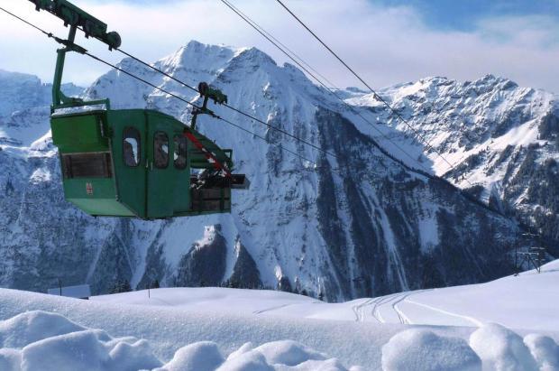El teleférico más singular del mundo está en Suiza y transporta esquiadores, niños y leche