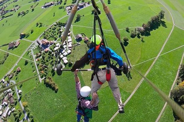 Vídeo de un turista estadounidense que se agarra a la vida tras quedar colgando del ala delta