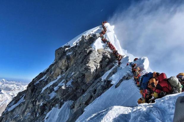 Llegó el día en que hubo que hacer cola para subir al Everest