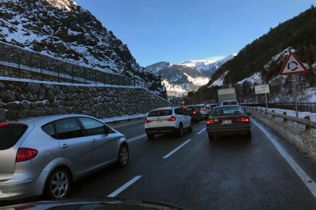 Mañana complicada en los accesos a las pistas de esquí andorranas