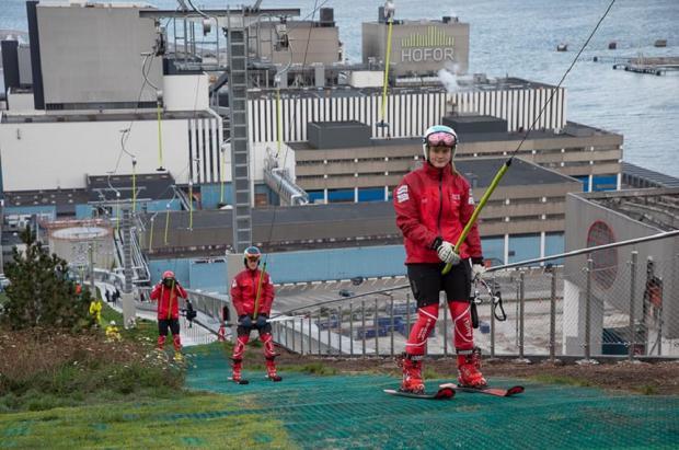 Por fin se puede esquiar en la azotea de la planta de energía limpia de Copenhague