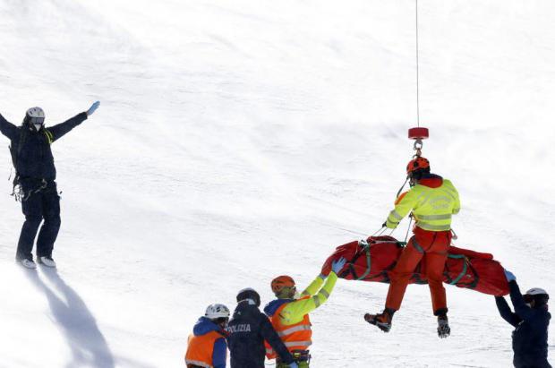 Vídeo: Dos escalofriantes caídas ensombrecen el supergigante de Val di Fassa