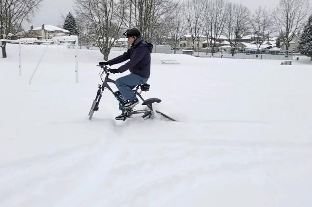 ¿Qué cierran los remontes? ¡Inventan un kit que adapta tu bicicleta para esquiar!