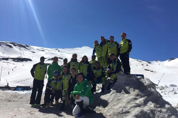 La gran cantidad de nieve permite los entrenos de los esquiadores de la RFEDI en Sierra Nevada