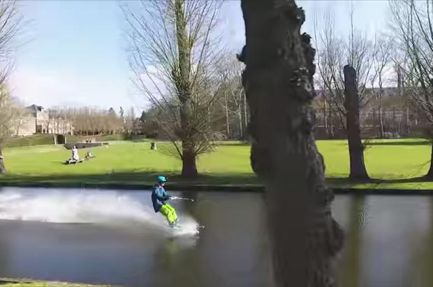 Dos hermanos belgas usan la calles de de Lovaina para esquiar porque las estaciones están cerradas